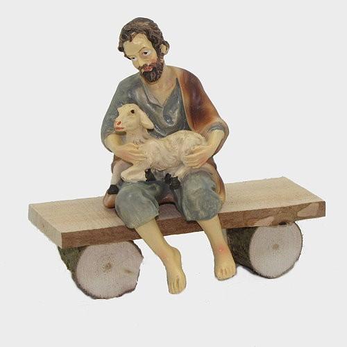 Krippenfigur Hirte mit Schaf sitzend auf Bank