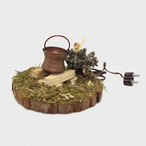 Krippenzubehör Feuerstelle mit Holzscheite, Moos, Holzvogel und Kupferkessel